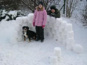 beim Schneehaus bauen