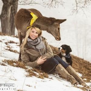 Eine Tierbegegnung wie sie selten zu sehen ist. Hirsch Franz mit Welpe Dr. Franz von den Gänsewiesen